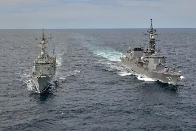 La fragata 'Victoria' de la Armada española se adiestra con el buque de la Marina japonesa 'Harusame'-noticia defensa.com - Noticias Defensa España